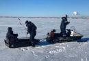 Замерзающего рыбака доставили до берега